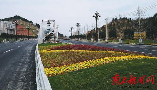 潆华大道第二阶段建设的道路雏形初现。