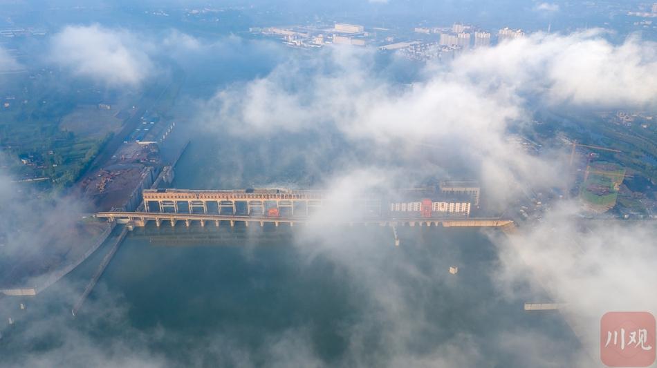 航拍丨眉山市东坡区城区出现平流雾 城市美景如梦如幻