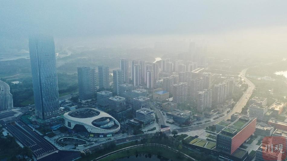 成都科学城现平流雾美景 穿过云层见雪山