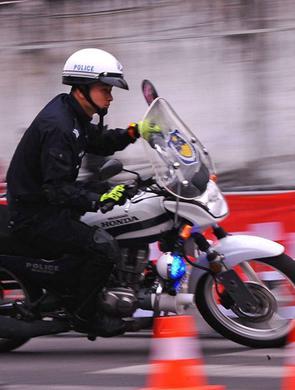 成都交警骑摩托车炫技 太帅了