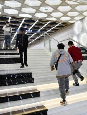 """成都地鐵站打造""""音樂階梯"""""""