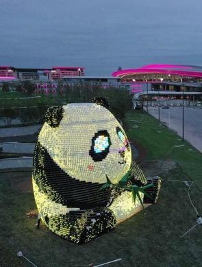 """成都天府国际机场大熊猫""""团团""""亮灯"""