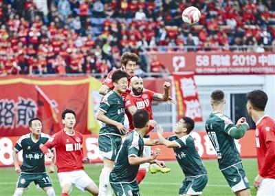 四川FC队与广东华南虎队比赛现场