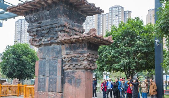 游客和摄影爱好者参观高颐阙,感受汉文化