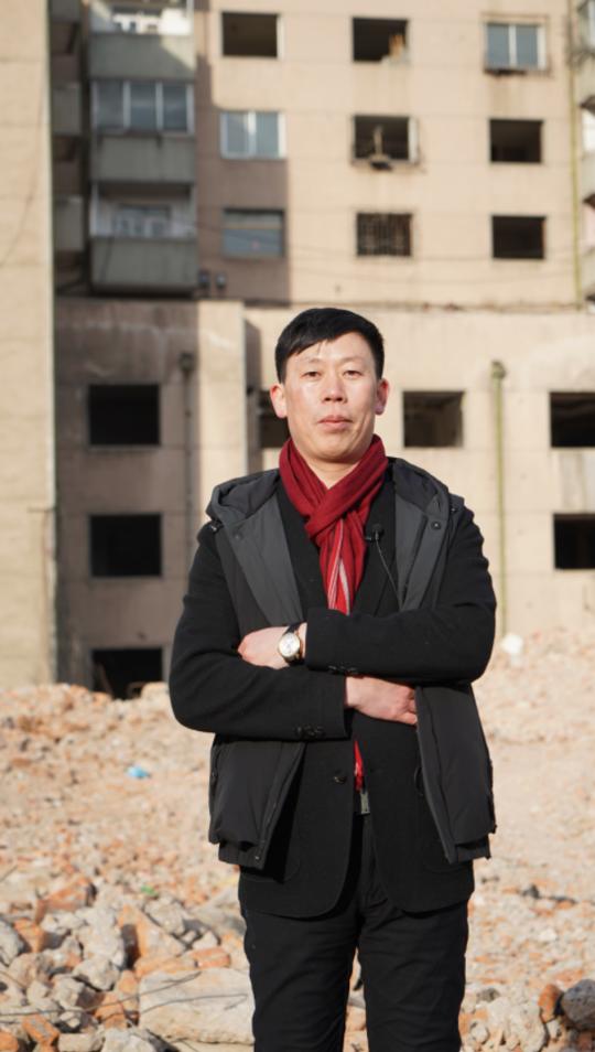 1月9日,李军在公司的工地上,22年前他刚到东北,便是从干苦力拆楼做起