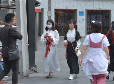 4月18日,红星路步行街上穿着汉服的男男女女