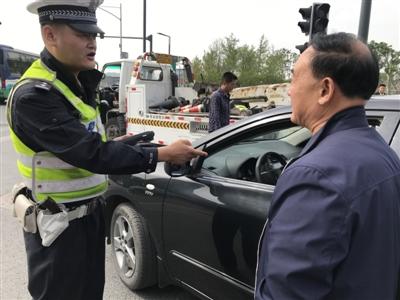 民警对交通违法的驾驶员进行教育