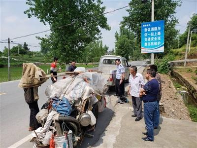 5月7日,陈青山的板车和物品被装上小货车,最后100公里老人乘车回家