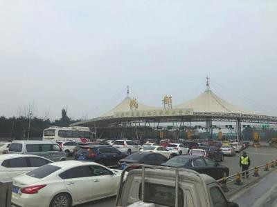今年来,成温邛高速公路文家场收费站前常出现大排长龙的场面。