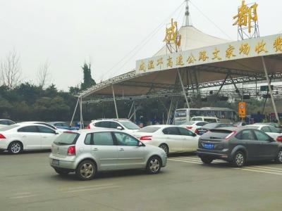成温邛高速文家场收费站外,一到高峰时段就容易拥堵。