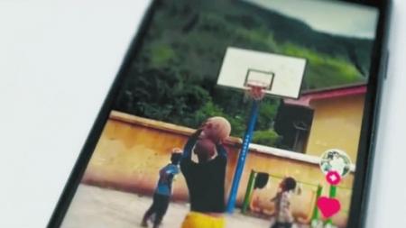 曲比尔里模仿科比投篮的视频。