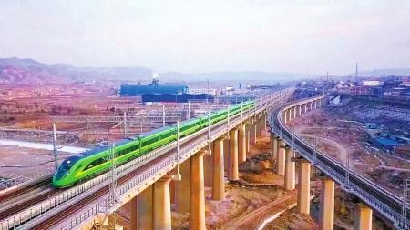 """4月10日起,成都、兰州两地之间开行""""绿巨人""""动车。"""
