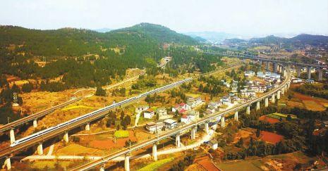 3月3日,一列飞驰的和谐号动车经过南充辖区的达成铁路与兰渝铁路互通枢纽