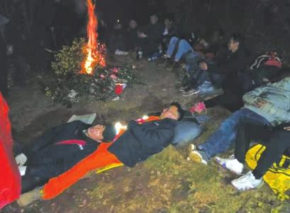 12日晚,提供电力保障的抢险人员在地上小憩。