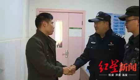 孩子父亲握着民警的手表示感谢。警方供图