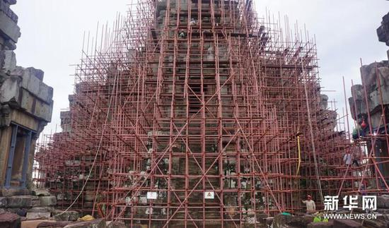 中国援柬吴哥古迹保护工程从上世纪90年代开始,先后修复了周萨神庙和茶胶寺。2018年1月,中柬签署了《关于实施吴哥古迹王宫遗址修复项目的立项换文》,新的项目今年也将启动。 这是2017年9月16日在柬埔寨暹粒拍摄的茶胶寺保护修复项目现场。 新华社发(中国文化遗产研究院供图)
