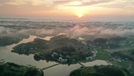朝看晨雾与曦光中渐醒的农庄——《斗笠晨曦》。 摄影 高翔