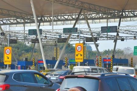 成温邛高速文家场收费站已经有17个收费通道,但高峰时段仍然拥堵。