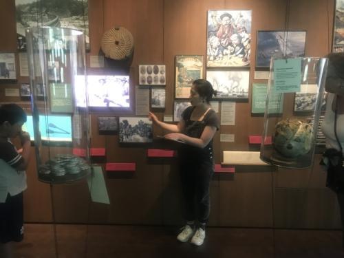 沈女士为民众讲解在美华人劳工史。(图片来源:美国《世界日报》记者 牟兰 摄)