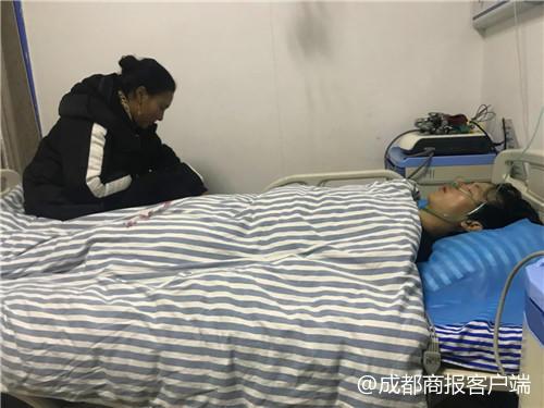 宁某旺在理塘医院的病床上 阿哲等人正在照顾他