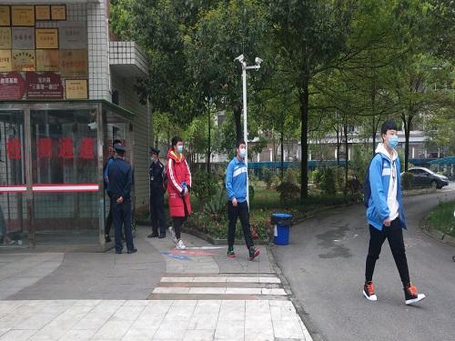 灵关中学学生体温检测后有序进入校园