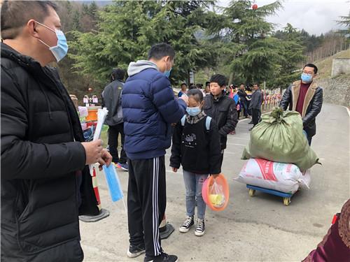 硗碛藏族小学教师为学生测温、发放口罩、搬行李