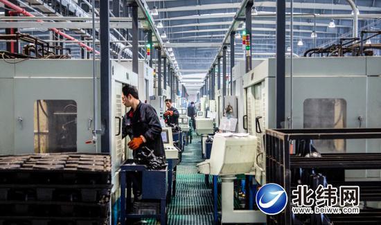 雅安经开区一企业生产车间内,工人正在赶订单