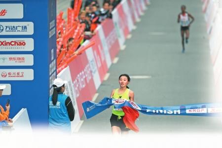 来自上海体院的李芷萱夺得成马女子全程组冠军。