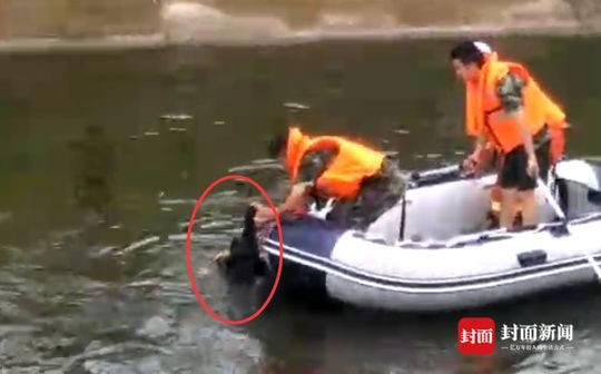 遂宁3少女河边拍照两人落水 少年跳水救起一名落水者
