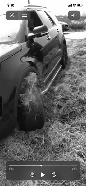车陷入干草,车轮打滑。