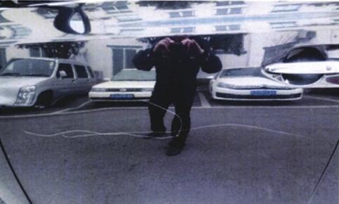 王奇用钥匙划花了霸占自家车位的商务车