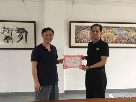 劉勇院長向黃永奇頒發聘書,黃永奇將出任新西蜀文化藝術院院務委員、培訓院院長