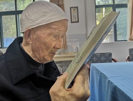 老人在福利院看书
