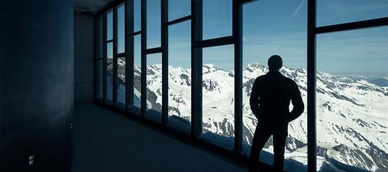 博物馆面向提洛尔山谷的落地窗,稍远处是《幽灵党》一片中高空阻击战上演的地方。本文图片除署名外均为 007 Elements 图