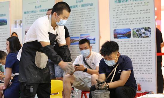 荥经的非遗大师表演雅安的国家级非遗——荥经黑砂制作技术