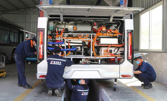 工人加紧调试氢能源电池公交车