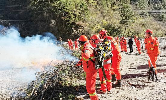 宝兴县多部门联合开展演练 提升森林火灾应对能力