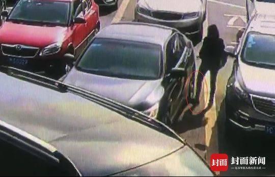 监控视频显示,女子将左脚往吴先生的车轮下探了一下。