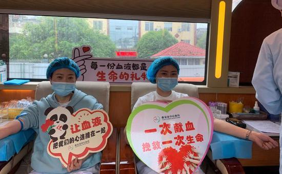 天全县中医医院医护人员正在献血