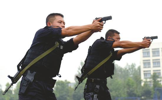 9月12日,2018年四川公安特巡警练兵比武活动现场,长短枪互换射击比赛正在进行