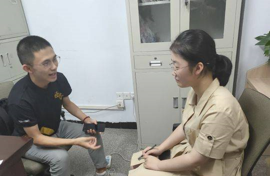刘琦丽和2018年南充市文科优秀考生佘金燚交流