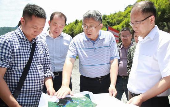 马建华(中)在芦山县金鸡峡水库调研引大济岷工程有关情况
