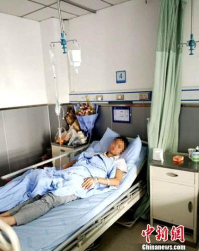 被打的班主任杜某在医院治疗。钟欣 摄