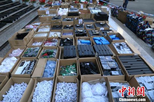 警方查获成吨作弊器材接收模块成品和半成品(部分)。乐山警方供图
