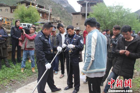公安和村民正在自制套杆。 任文波 摄