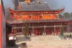 """四川绵竹九龙灵官楼突发大火 号称""""亚洲第一高木塔""""被烧毁"""