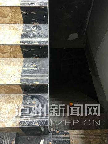 """楼梯下去就是""""地下室"""",是开发建设时留下的"""