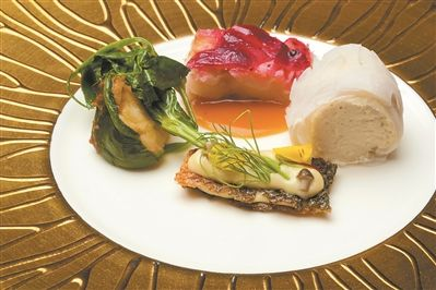 菠菜龙虾卷与藿香煎鲈鱼柳配龙虾原汁