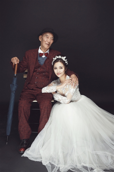 成都女孩和爷爷拍婚纱照