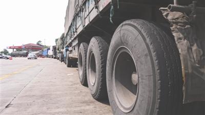 停在高速路休息区等候加油的大货车